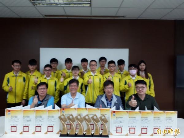 新竹高工今年技藝競賽成績優異,共有6金手獎七優勝佳績,還有兩個全國第一名的學生,學校與有榮焉。(記者洪美秀攝)