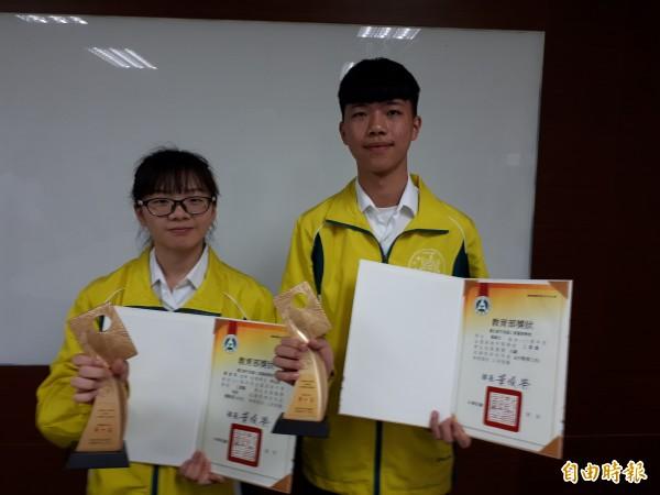 新竹高工今年在全國技藝競賽成果豐碩,拿到全國兩個第一名,左為機械製圖第一名葉麗娟,右是板金類第一名羅靖。(記者洪美秀攝)