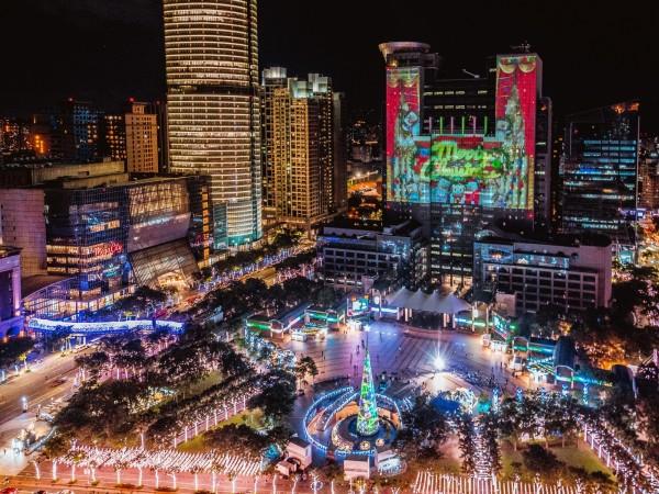 今年的巨星耶誕演唱會表演舞台以「展翅飛翔」為設計概念,並打造粉鑽色翅膀造型彩幕做為舞台整體視覺包裝。(新北市觀光旅遊局提供)
