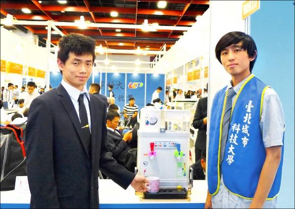 台北城市科大電通系教授蔡耀斌與學生許浩偉、洪愷澤研發的「盲人專用智能飲水機」(台北城市科大提供)