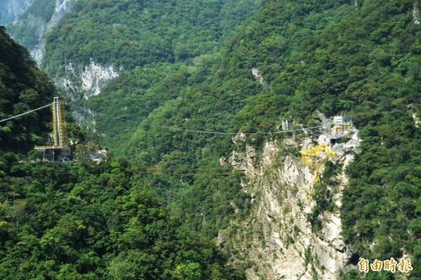 太魯閣國家公園「第三代」山月吊橋,建造工程浩大,堪稱是國內深跨比最大、挑戰性最高的峽谷吊橋。(記者王峻祺攝)