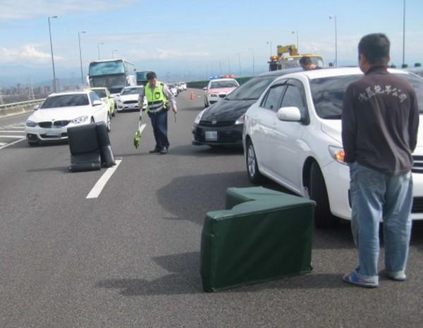 國道3號彰化路段車道上突然出現3個沙發,引發後方3輛轎車、休旅車煞車不及發生連環追撞。(記者湯世名翻攝)