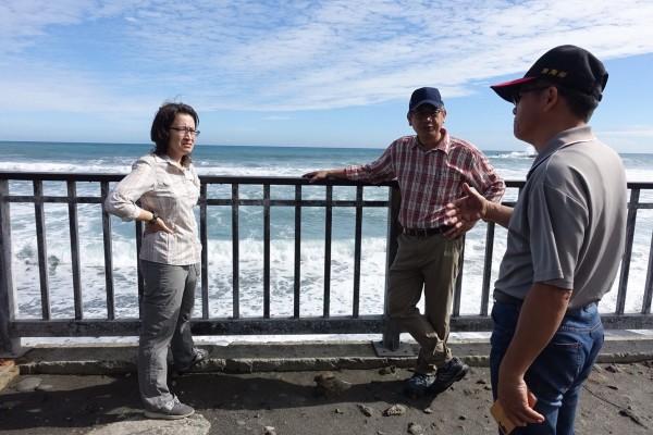 花蓮縣立委蕭美琴(左一)今邀請中央單位前往磯崎了解海岸線退縮現狀,並提出淤沙養灘構想。(蕭美琴辦公室提供)