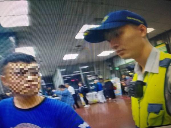 王姓男子淪為詐騙集團車手,昨晚取款時,被郵局行員發覺有異,報警逮人。(記者萬于甄翻攝)
