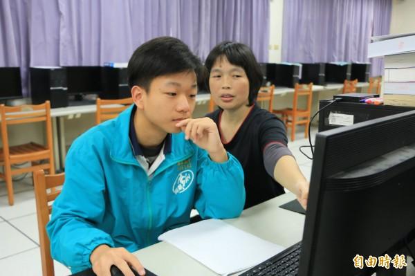 興華中學資料處理科學生陳顥升(左)在老師陳淑芬(右)指導下,參加全國技藝競賽程式設計職種,勇奪最高榮譽「金手獎」。(記者鄭名翔攝)