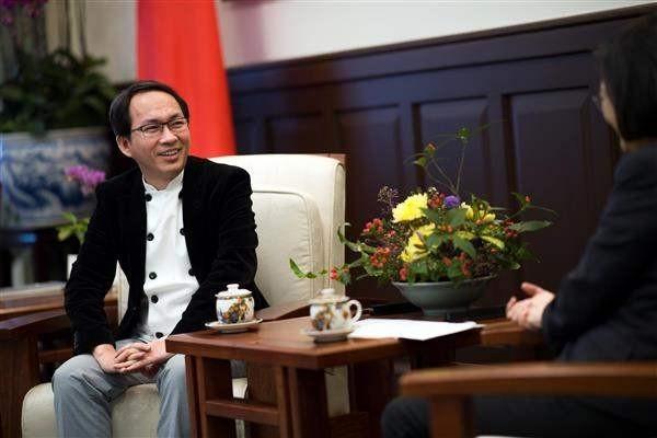 網友批判吳寶春(左)忘本,未來不會再吃他品牌的麵包。(圖擷取自總統府)