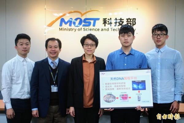 國立清華大學電機系、光電所教授洪毓玨研究團隊開發出全球首創的「光感DNA奈米複合物技術」。(記者簡惠茹攝)