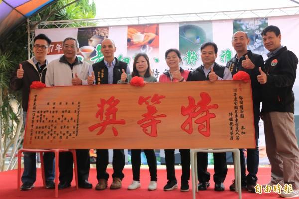 頭份的鄧國權茶園奪下全國冬季東方美人茶評鑑特等獎,女兒鄧羽妡(左4)代為受獎。(記者鄭名翔攝)