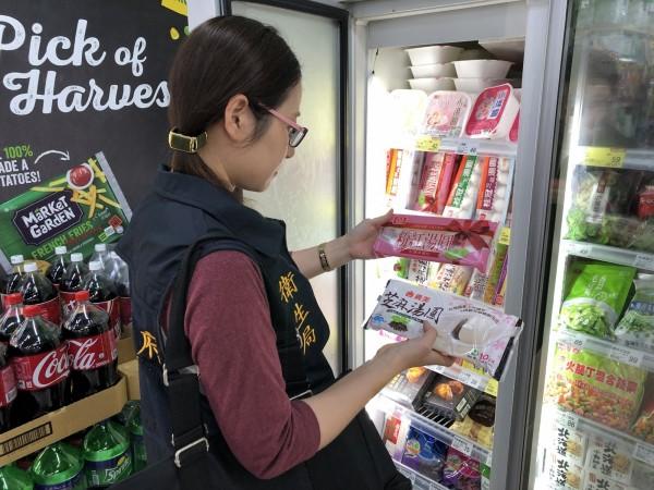 衛生局人員到賣場稽查冬令應景食品。(衛生局提供)