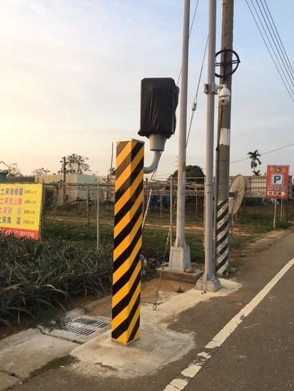 南投市一三九線因常有重機超速,警方在下坡路段前設置測速桿。(記者劉濱銓翻攝)