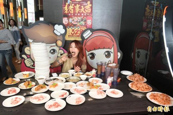 在網路上號稱「膽固醇女王」的邵阿咩,今天挑戰吃到飽火鍋店,打破吃到飽紀錄,狂嗑112盤美食料理,食量驚人。(記者張忠義攝)