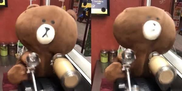 泰國民眾發現,有手搖杯業者派出熊大搖飲料。(圖擷取自影片)