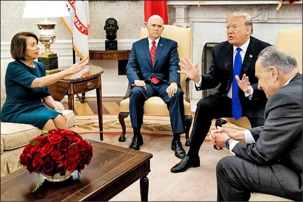 美國總統川普(右二)十一日在白宮橢圓形辦公室會見國會民主黨領袖裴洛西(左一)與舒默(右一),結果三人竟當著媒體的面就美墨邊境牆經費鬥起嘴來。左二為副總統彭斯。(歐新社)