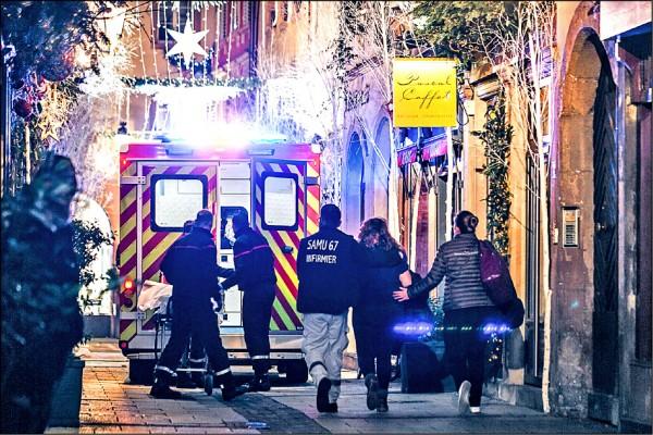 享譽歐洲的法國史特拉斯堡耶誕市集11日晚間傳出槍響,造成至少3人喪命。救難人員獲報後,緊急趕赴現場將傷者送醫。(法新社)