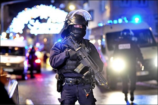 警方在案發現場周邊全副武裝戒備。(歐新社)