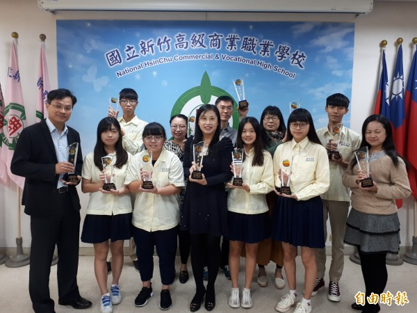 新竹高商學生參加全國中等學校商業類技藝競賽,獲獎率全壘打,六個競賽項目全獲獎,有5個金手獎和一優勝的佳績。(記者洪美秀攝)