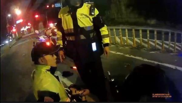 林文弘撞倒3警後被制伏。(記者吳仁捷翻攝)