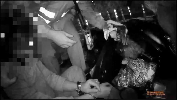 林文弘撞倒3警後被壓制。(記者吳仁捷翻攝)