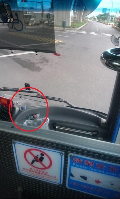 有網友在臉書提問表示,宜蘭一家客運的司機,都會在駕駛座上放幾顆神秘的彩色小球,卻不知道有什麼功用。(圖擷取自臉書宜蘭知識+)
