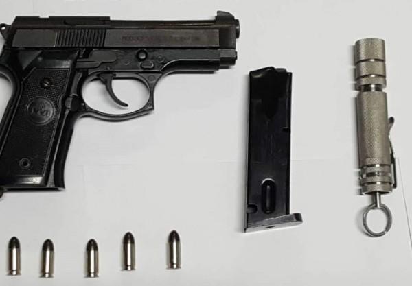 虎尾警方查獲改造貝瑞塔手槍及鋼筆槍。(記者黃淑莉翻攝)