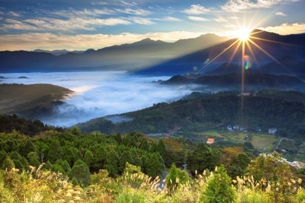 金龍山迎曙光,遊客可在雲海陪伴下,欣賞新年曙光。(日管處提供)