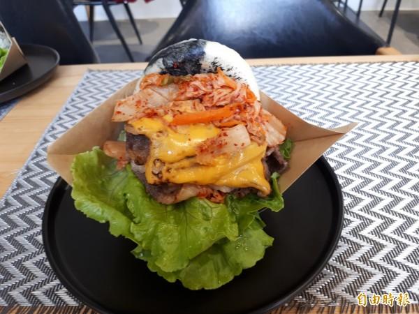 選用美國上等牛五花肉經炙燒過後再搭配韓式泡菜,讓人忍不住一口接一口。(記者洪美秀攝)