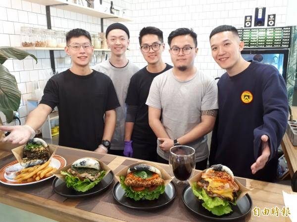 新竹市PLAN.B刈包是由五個25歲的型男年輕人創業的餐飲店,他們透過不斷練習製成的刈包,在新竹市打響名號,成為年輕人和上班族及饕客的美食選擇。(記者洪美秀攝)