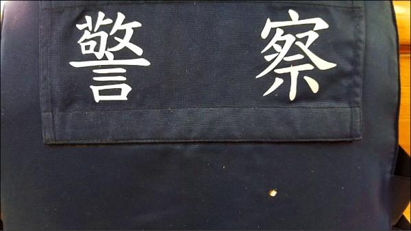 台南襲警案,防彈背心救了警察一命。(警方提供)