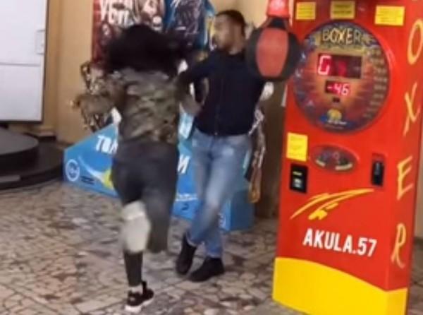 俄羅斯正妹拳擊手賈米爾日前出戰街頭拳擊機,未料當她全力一揮,竟命中一旁看戲的男性友人。(圖擷取自女拳擊手IG)