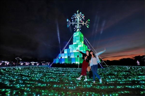 20米高的「禮物聖誕樹」閃耀著七彩光芒,為奇幻耶誕村的每個夜晚亮起活力。(記者陳宇睿/攝影)