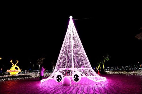 「小精靈粉紅聖誕樹」可愛又美麗,是許多女孩們最愛停留的燈區。(記者陳宇睿/攝影)