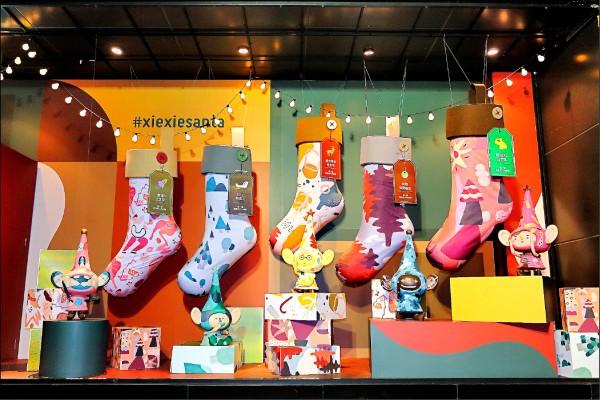 配合抽獎活動,5個耶誕小精靈各代表一項大獎。(記者李惠洲/攝影)
