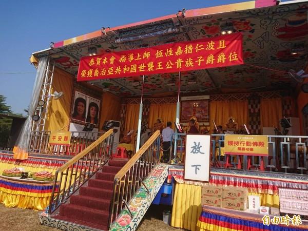 大卡車改成的行動佛殿,全台環島祈福法會,第23站開進台南西拉雅廣場。(記者洪瑞琴攝)