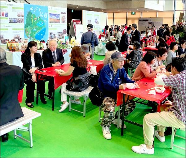展場美食區,吸引日本沖繩民眾品嚐花蓮小吃。(花蓮縣政府提供)