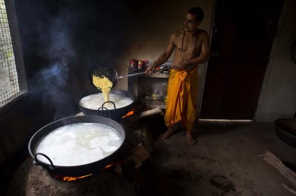 印度信徒在吃下當地寺廟提供的宗教食品「普拉薩德(Prasada)」後,隨即發生集體食物中毒,造成至少12人死亡,其中包括2名孩童。圖非當事者,為普拉薩德(白色粥狀)的示意圖。(美聯社)