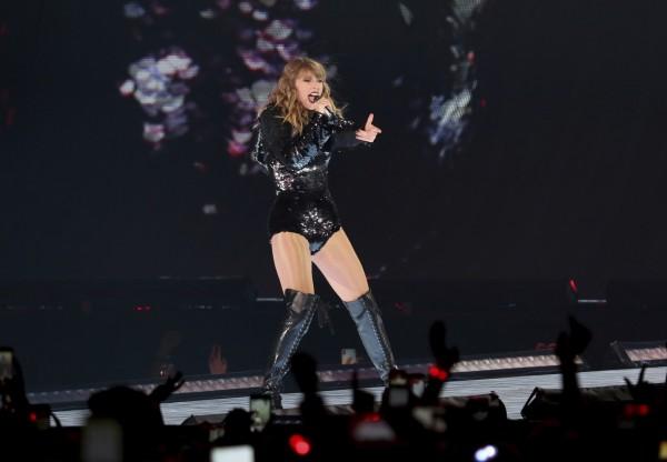 泰勒絲今年5月舉辦演唱會,日前外媒卻爆料演唱會團隊當時使用大型臉部辨識系統,在演出過程中拍攝觀眾臉部照片並拿去分析,引起爭議。(美聯社)