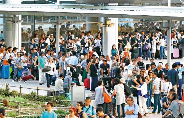 日本關西機場九月初因燕子颱風肆虐,旅客受困機場。男大生涉嫌散布「台客受困關西機場靠中國救援」假消息,被警方依違反社會秩序維護法函送法辦。(法新社資料照)