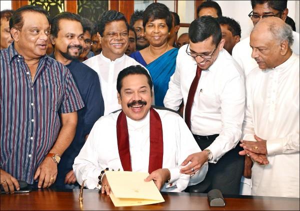 被視為親中派的斯里蘭卡總理拉賈帕克薩十五日宣布請辭。(法新社)