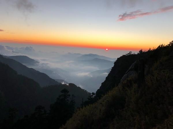 秋冬季節從排雲山莊望向西部平原,層層山巒與繚繞雲霧,景象相當美麗。(圖由玉管處提供)
