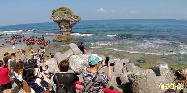 小琉球海域海龜多,不少海龜會到岸際覓食(右側圓綠點)。(記者陳彥廷攝)