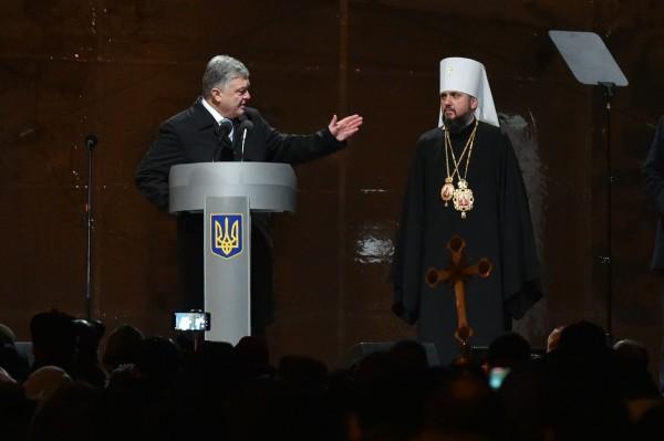 波羅申科(左)對民眾高呼,「這是一個沒有普廷的教堂!」(法新社)