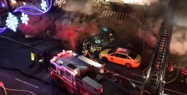 美國紐約皇后火災,消防員到場灌救時卻發生回燃並伴隨著爆炸,導致多人被火舌和濃煙吞噬。圖為爆炸前的一瞬間。(圖擷自「THEMAJESTIRIUM1」YouTube)