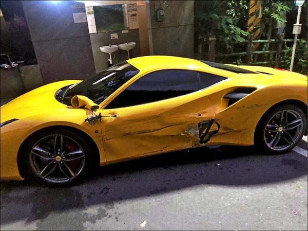 廂型車擦撞停在路邊四輛法拉利超跑,其中黃色的法拉利首當其衝,車側凹陷,後照鏡斷裂。(記者徐聖倫翻攝)