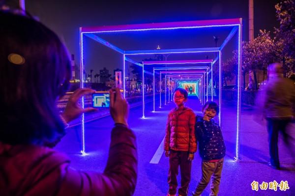 高雄港灣的百米燈海隧道亮燈。(記者張忠義攝)