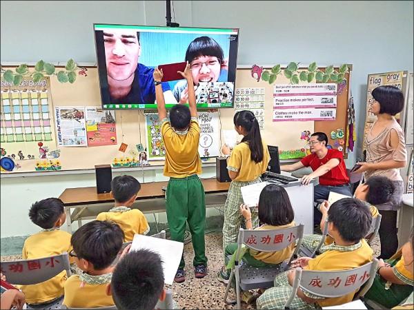 翁正舜(紅衣)推動國際學伴計畫,讓偏鄉學生與外國人交流。(記者林宜樟翻攝)