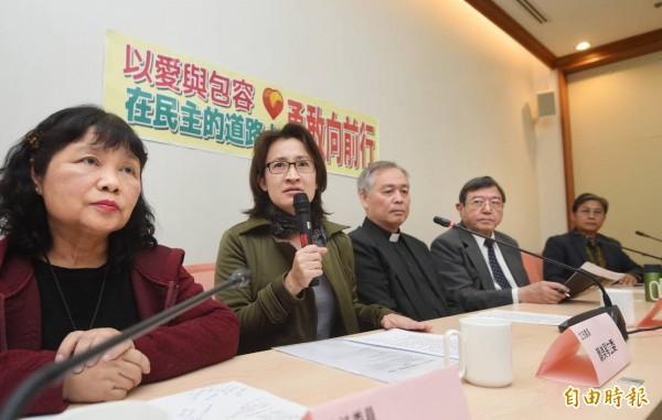 立委陳曼麗(左起)、蕭美琴與基督教長老教會舉行「以愛與包容在民主的道路上勇敢向前行」記者會。(記者方賓照攝)