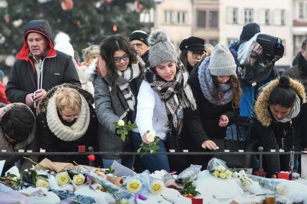 昨天(12月16日)有超過1000多人,出現在史特拉斯堡的街頭上哀悼受害者,並對尼爾基斯基與馬格力吉2人勇敢的英雄事蹟致敬。(法新社)