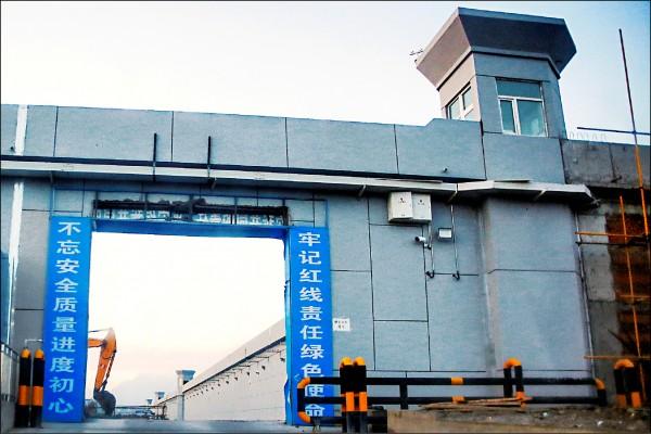 中國新疆維吾爾自治區首府烏魯木齊達坂城區的「再教育營」。(路透檔案照)