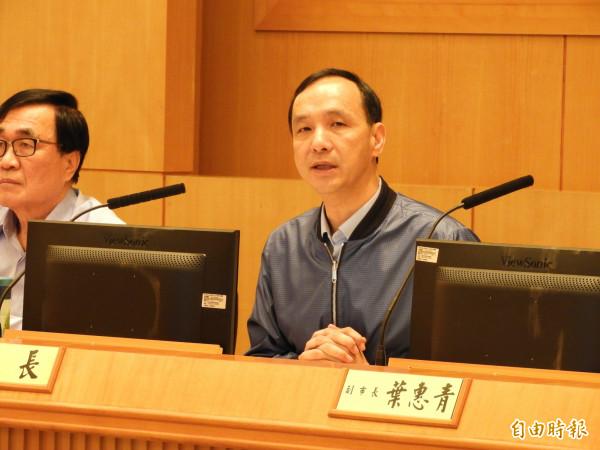 今天是新北市長朱立倫卸任前主持最後一次市政會議,朱立倫宣布,淡海輕軌將於12月23日通車,成為送給市民的「畢業禮物」。(記者賴筱桐攝)