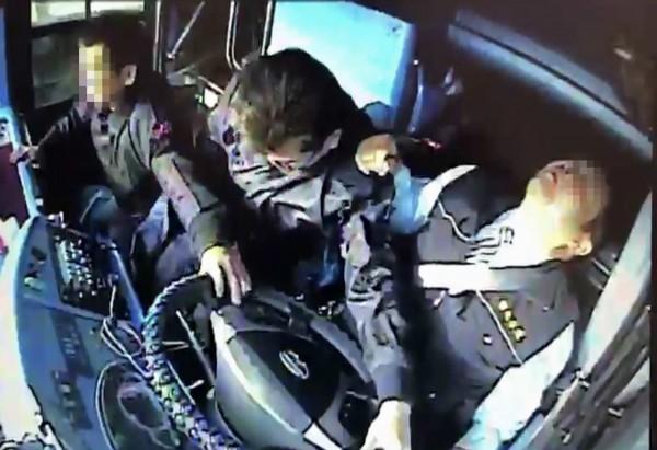 王姓司機陷入昏迷,遊覽車失控擦撞內側護欄,喪家家屬死命抓住方向盤不放。(記者湯世名翻攝)